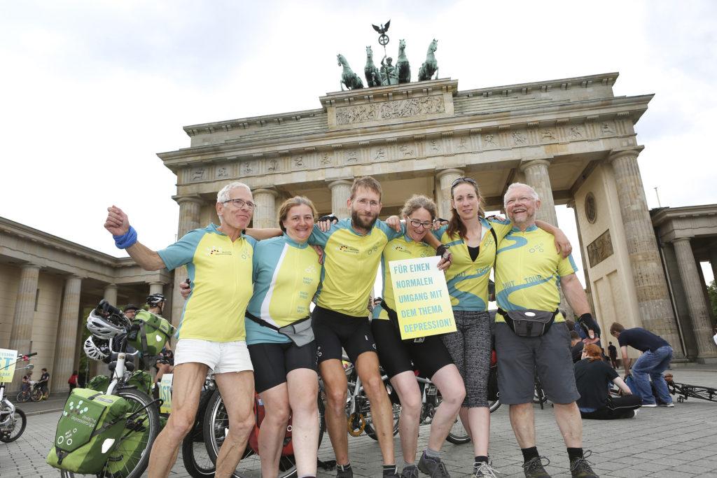 Teilnehmer vor dem Brandenburger Tor in Berlin