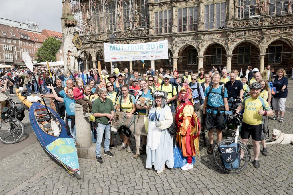 MUT-TOUR Teilnehmerkreis auf Marktplatz