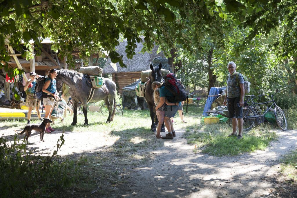 Starttag des Wanderteams, Pferde satteln