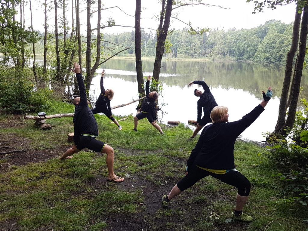 Teilnehmende der MUT-TOUR während einer Yoga-Einheit